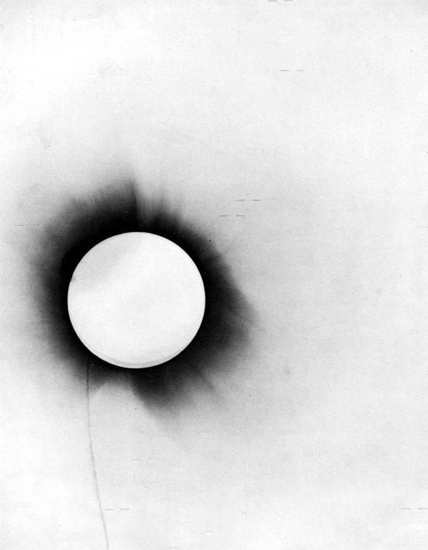 Questa lastra fotografica ha una enorme rilevanza per la storia della fisica. Risale infatti al 1919 e fotografa il Sole durante un'eclissi totale: fu grazie a questa che Sir Eddington aiutò Albert Einstein a provare la sua teoria della Relatività Generale. Essa prevede infatti che la massa curvi lo spaziotempo e quindi la traiettoria dei raggi luminosi, che risulteranno quindi deviati come attraverso una lente (lensing gravitazionale) e tramite questa lastra fotografica si è provato proprio che stelle lontane sembravano trovarsi in una posizione diversa al momento del passaggio apparente vicino al bordo del Sole. Un'eclissi rappresenta il momento ideale per osservare questo fenomeno poiché si riduce di moltissimo la luminosità solare che ci arriva permettendo così l'osservazione di oggetti molto meno luminosi, come le stelle lontane.