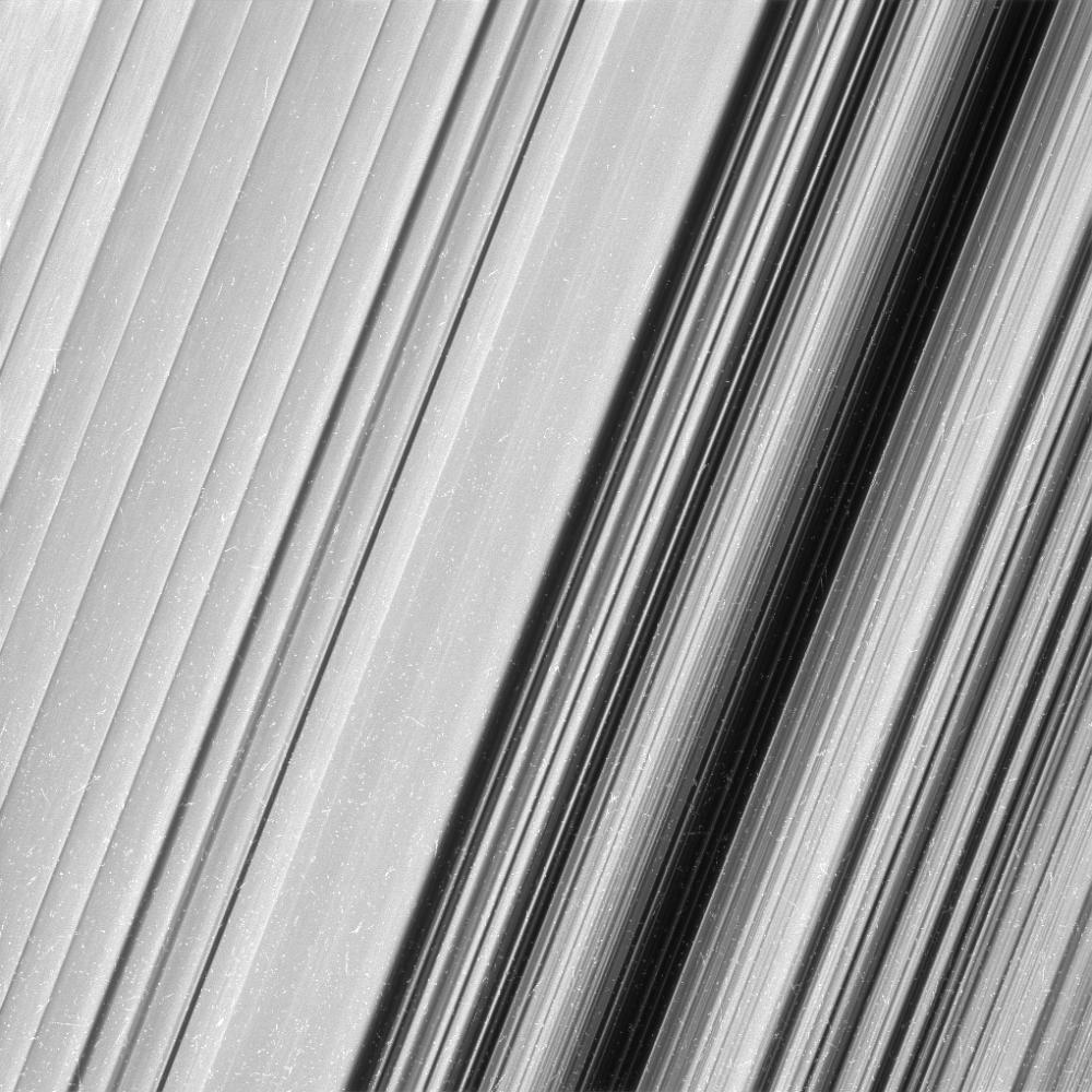 Video a confronto che mostrano il vuoto tra Saturno e gli Anelli