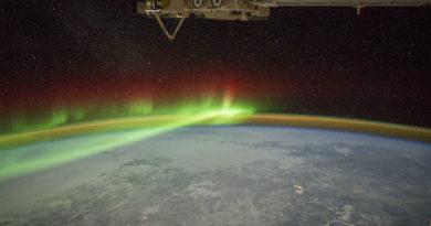 L'aurora ed il cratere Manicougan dalla Stazione Spaziale