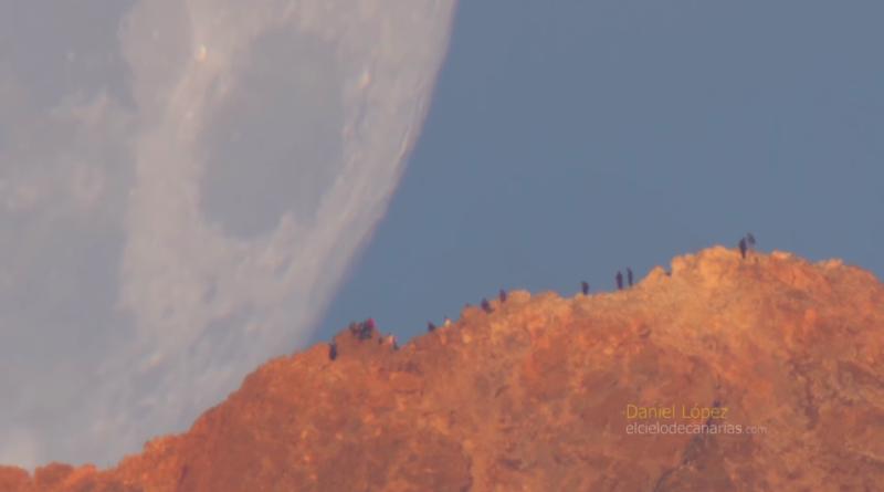 Il tramonto della Luna dietro il vulcano Teide