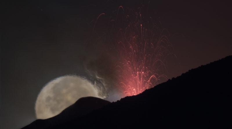 La Luna si eclissa dietro le pendici dell'Etna