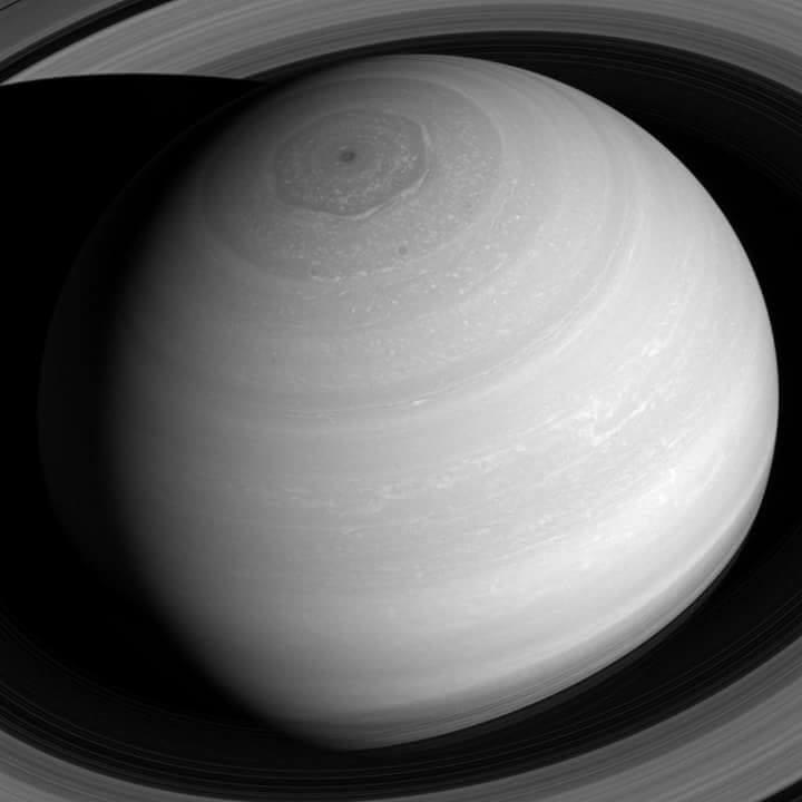 Un bellissimo scatto della sonda Cassini mostra Saturno in tutta la sua imponenza: gli anelli, l'esagono, l'ombra proiettata sugli anelli.