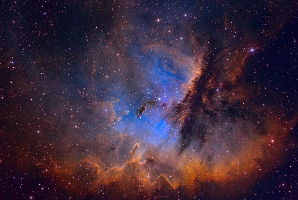 NGC 281 ospita al suo interno l'ammasso stellare aperto IC 1590. Le forme osservabili nella nube sono legate all'azione dei venti stellari provenienti da questo ammasso sulla polvere della nebulosa. Le strutture di polvere possono, se sopravvivono abbastanza a lungo, ospitare la formazione di nuove stelle, in quanto intrappolano la radiazione creando un ambiente denso ed opaco in cui la temperatura aumenta. La nebulosa è nota anche come Nebulosa Pacman, perché ricorda la forma del famoso videogioco, e si trova a circa 10.000 anni luce di distanza da noi nella costellazione di Cassiopea. Di più su Cassiopea: https://www.cronachedalsilenzio.it/2016/05/24/viaggio-nella-costellazione-di-cassiopea/ Fonte: Astronomy Picture of the Day (APOD)