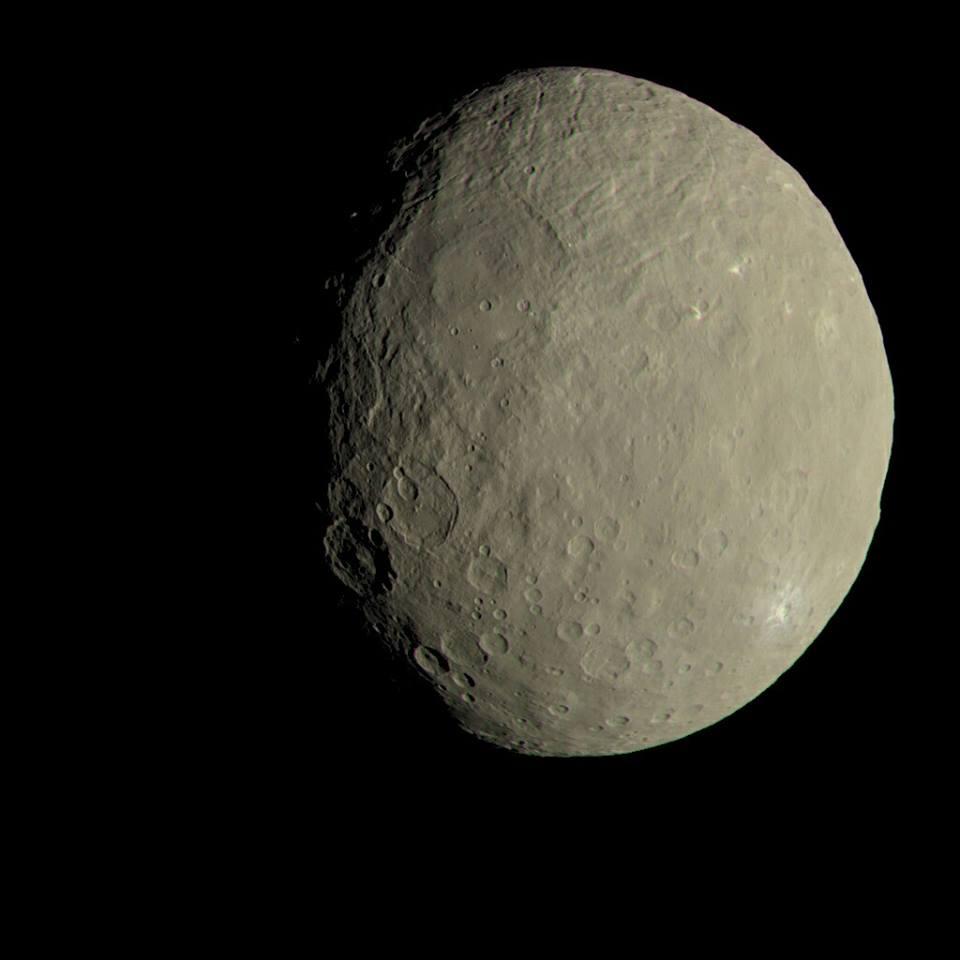 Cerere! Siamo soliti vedere questo pianeta nano in bianco e nero, per cui ci viene quasi da pensare che sia grigio come la Luna. In realtà il pianeta nano è più color sabbia, e in questa foto il colore è stato modificato per renderlo più simile a quello che vedremmo ad occhio nudo. È possibile ottenere immagini di questo tipo studiando la proprietà spettrali della riflessa dal corpo in questione. Fonte: NASA Jet Propulsion Laboratory